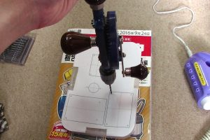 M3用の穴をハンドドリルで開ける