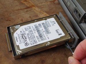 金属トレーに固定されたHDD