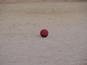 ボールの写りこんだグランドの写真