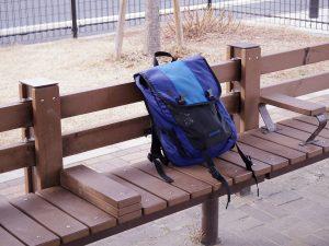 ベンチにカバンが載っている写真