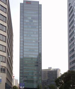 パースを補正したビルの写真