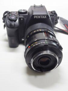 リバースアダプターでレンズを逆向きにカメラに装着した様子