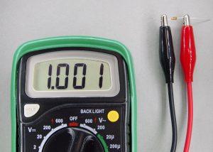1kΩの抵抗の抵抗値の測定風景