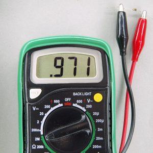 1MΩの抵抗の抵抗値の測定風景