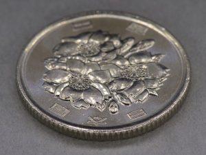手前にピントが合った100円玉