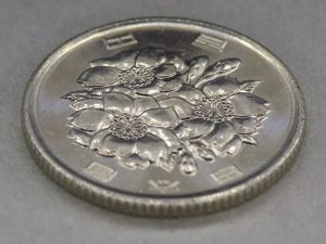 中央にピントが合った100円玉