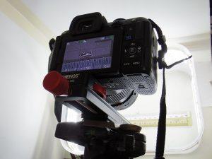 マクロスライダーを使って電子部品の撮影をしている様子(1)