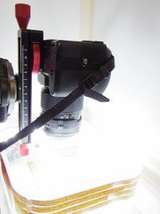 マクロスライダーを使って電子部品の撮影をしている様子(2)