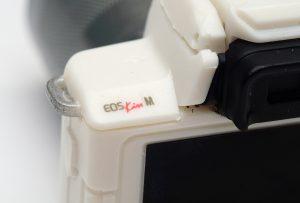 EOS Kiss Mのロゴの部分の拡大