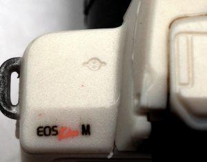 EOS Kiss Mの模型のセンサ面を表すマーク